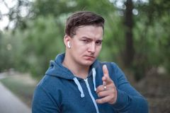 Puntos caucásicos jovenes del hombre su finger al espectador imagenes de archivo