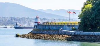 Puntos culminantes de Vancouver de la noche y del día de la ciudad y del puerto fotos de archivo libres de regalías