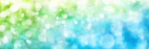 Puntos culminantes Defocused en verde y azul, formato del panorama Imágenes de archivo libres de regalías