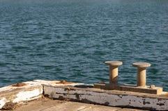 Puntos de anclaje del barco en el muelle del puerto imagenes de archivo