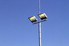 Puntos del equipo de iluminación del campo de deporte en luz Fotografía de archivo