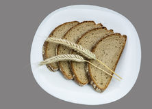 Puntos del pan y del cereal en una placa blanca Fotografía de archivo libre de regalías