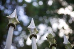 Puntos en la cerca vieja del hierro labrado Imagen de archivo