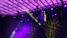 Puntos ligeros en concierto - rayos del humo y de luz almacen de metraje de vídeo