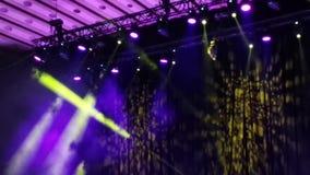 Puntos ligeros en concierto - rayos del humo y de luz almacen de video