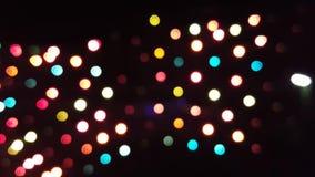 Puntos multicolores de la luz metrajes