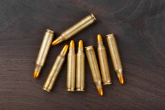 Puntos negros en el fondo de madera Un grupo de balas para un arma en el fondo de madera fotografía de archivo libre de regalías