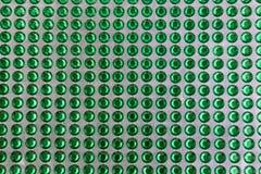 Puntos verdes translúcidos y brillantes en un modelo alineado Foto de archivo libre de regalías