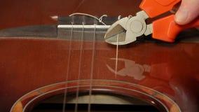 Punture della chitarra di taglio stock footage