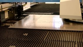 Punzonadora del CNC en la acción metrajes