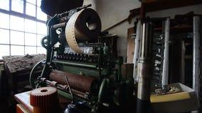 Punzonadora vieja en fábrica en el movimiento almacen de video