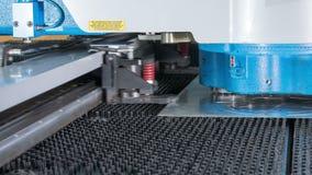Punzonatrice di CNC di alta precisione di Timelapse per la lamiera sottile Parti e fori rapidi di ricezione Timbratura delle part video d archivio