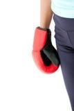 Puño de los guantes de boxeo de la mujer que desgastan hispánica Imagen de archivo