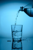 Puoring水到玻璃里 库存图片