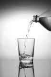 Puoring woda w szkło Obrazy Stock