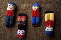 Pupae kojarzyli z resztkami woolen nici na tle prostacki zdjęcia royalty free
