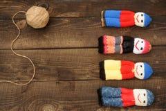 Pupae kojarzyli z resztkami woolen nici na tle prostacki obrazy stock