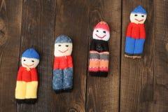 Pupae kojarzyli z resztkami woolen nici na tle prostacki pięcie i drewniany zdjęcie royalty free
