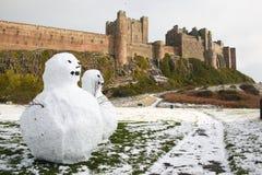 Pupazzi di neve al castello di Bamburgh Immagini Stock Libere da Diritti