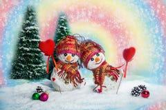 Pupazzi di neve di amore snowfall Concetto di amore Cartolina d'auguri di giorno del `s del biglietto di S Immagini Stock