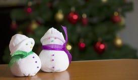 Pupazzi di neve con l'albero di Natale a casa Immagine Stock