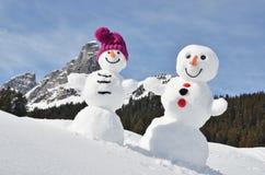 Pupazzi di neve contro le alpi svizzere Immagini Stock Libere da Diritti
