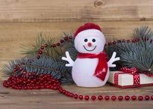 Pupazzi di neve decorativi divertenti di Natale sul bordo di legno Immagini Stock