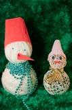 Pupazzi di neve del giocattolo su fondo verde Fotografia Stock