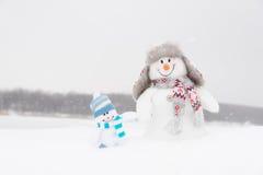 Pupazzi di neve felici famiglia o amici di inverno Fotografie Stock Libere da Diritti