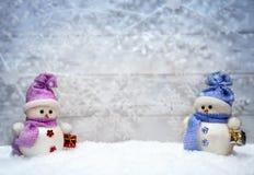 Pupazzi di neve sul fondo di inverno Fotografia Stock Libera da Diritti