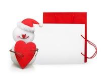 Pupazzi di neve svegli nell'amore con cuore ed il sacchetto della spesa Fotografia Stock Libera da Diritti