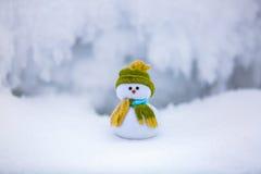 Pupazzo di neve in cappello e sciarpa piacevoli con il naso rosso Immagine Stock