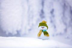 Pupazzo di neve in cappello e sciarpa piacevoli con il naso rosso Fotografia Stock Libera da Diritti