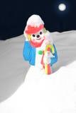 Pupazzo di neve capriccioso che cammina nella scena della neve di luce della luna Fotografie Stock