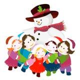 Pupazzo di neve che abbraccia i bambini Fotografia Stock Libera da Diritti