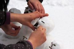 Pupazzo di neve che fa dalla madre e dalla figlia Fotografia Stock Libera da Diritti