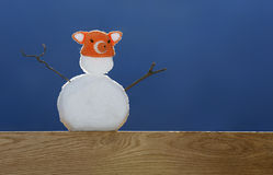 Pupazzo di neve che sta su un supporto della quercia un giorno soleggiato Fotografia Stock Libera da Diritti