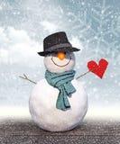 Pupazzo di neve con il cuore black hat della carta della tenuta Illustrazione Vettoriale