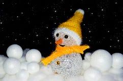 Pupazzo di neve in neve con le palle di neve con le stelle Fotografie Stock