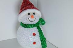 Pupazzo di neve del giocattolo con di illuminazione colorata multi Decorazione anno di nuovo e di natale Fotografie Stock