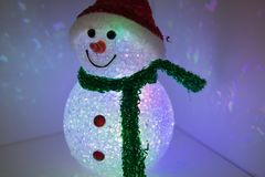Pupazzo di neve del giocattolo con di illuminazione colorata multi Decorazione anno di nuovo e di natale Fotografie Stock Libere da Diritti