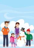 Pupazzo di neve della costruzione della famiglia Fotografie Stock Libere da Diritti