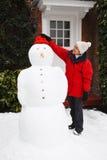 Pupazzo di neve della costruzione della persona Fotografie Stock Libere da Diritti