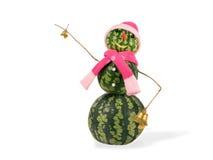 Pupazzo di neve di natale dell'anguria con due campane dorate in cappello rosa e sciarpa isolati Concetto di festa per i nuovi an Fotografia Stock Libera da Diritti