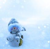Pupazzo di neve di Natale e fondo blu della neve Immagine Stock Libera da Diritti