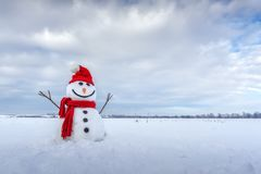 Pupazzo di neve divertente in cappello rosso Immagini Stock Libere da Diritti
