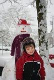 Pupazzo di neve e ragazzo Fotografie Stock Libere da Diritti