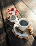 Pupazzo di neve e tazza di caffè Fotografie Stock Libere da Diritti