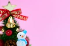 Pupazzo di neve e un albero di Natale. Immagini Stock Libere da Diritti
