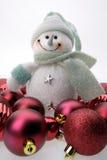 Pupazzo di neve ed ornamenti rossi Immagine Stock